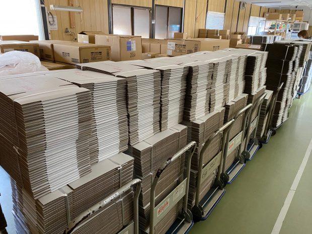 発送代行サービス部門の梱包資材の受け入れ作業
