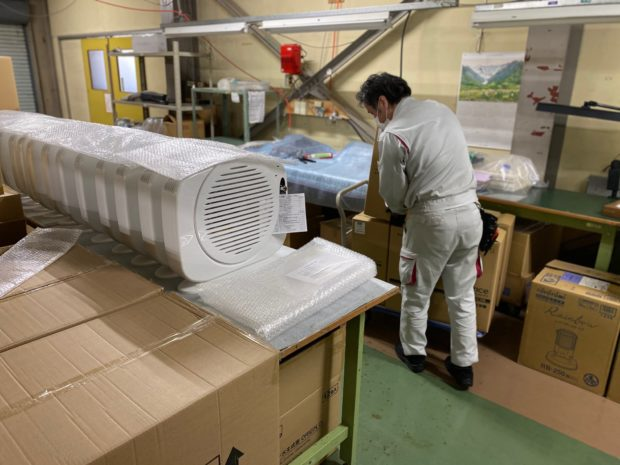 空気清浄機の梱包作業