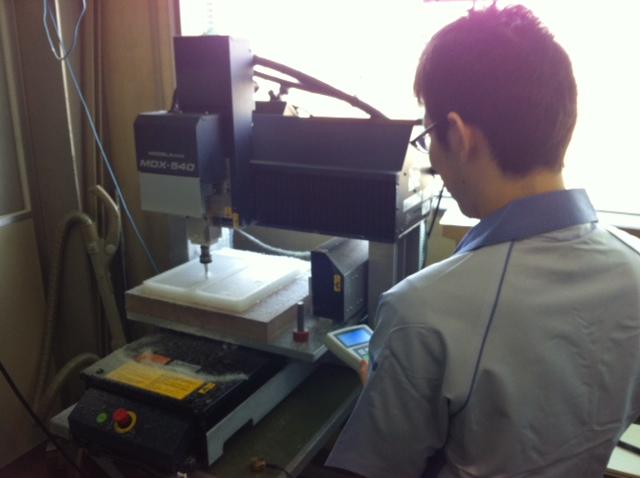 樹脂製熱交換器ケース切削中